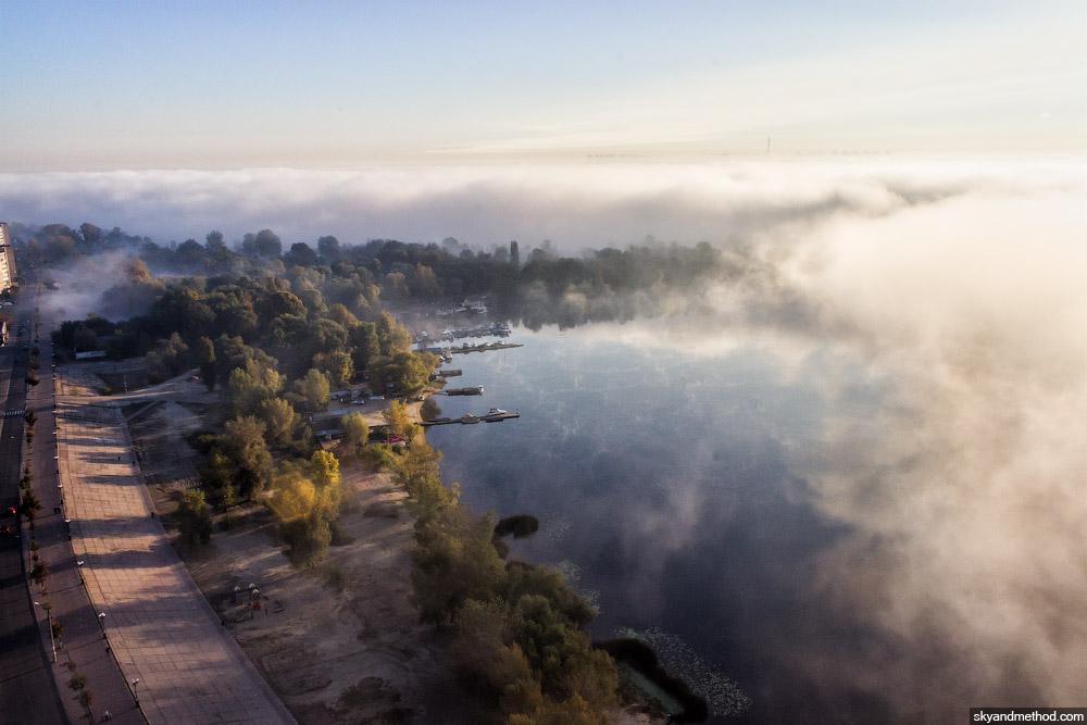 Аэросъёмка Оболони в тумане