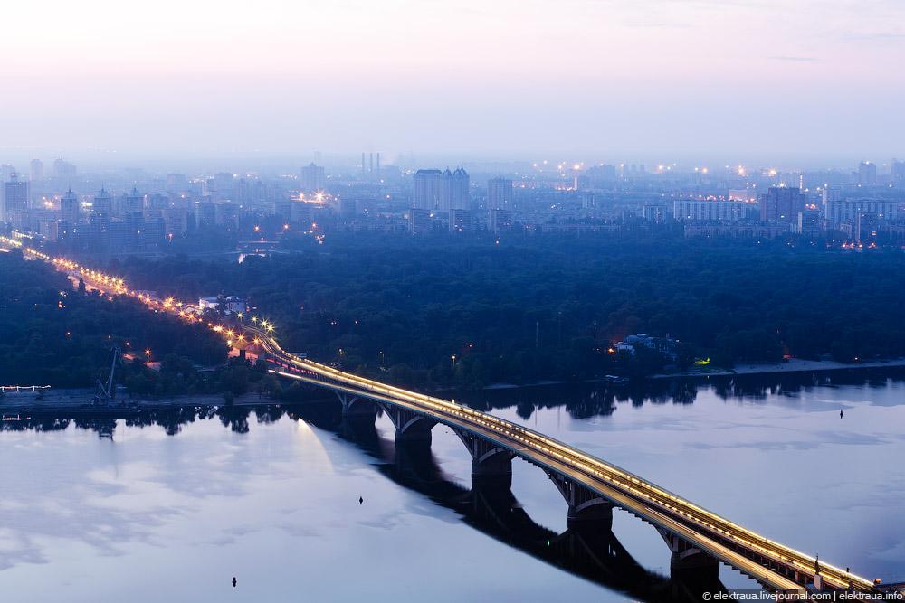 Мост метро и рассвет над левым берегом Киева